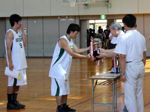 優勝カップを受け取る #8塩沢